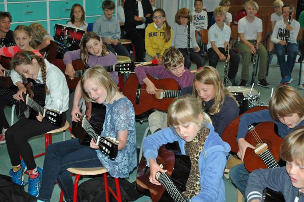 Groep 5 speelt samen op de gitaar