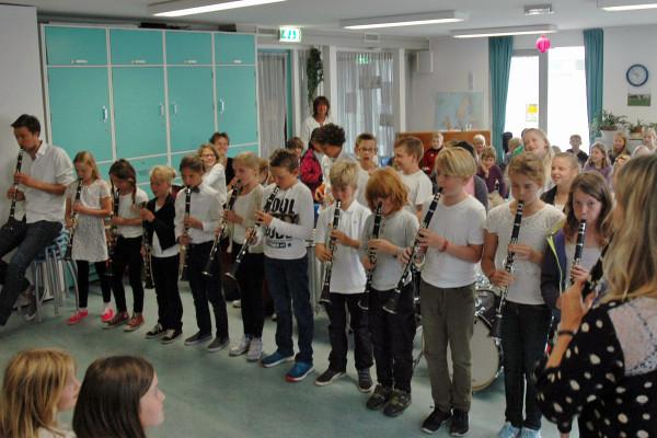 De kinderen van groep 6 spelen samen met hun leerkracht op de klarinet