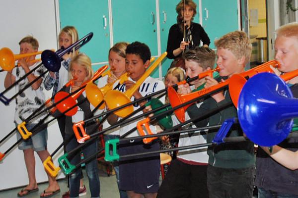De kinderen van groep 8 spelen met veel inzet op de trombone