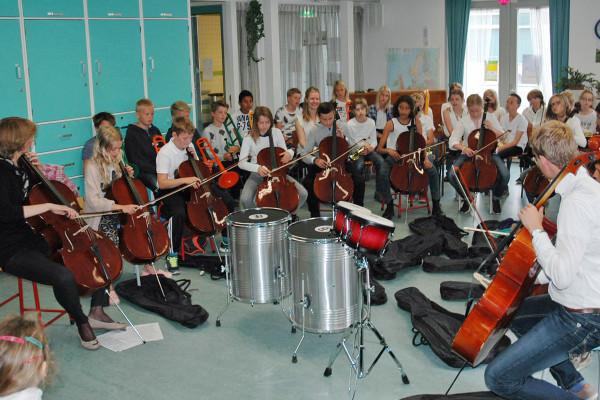 Op de cello spelen de kinderen van groep 8 alle genres, samen met 'meester' Jorrit