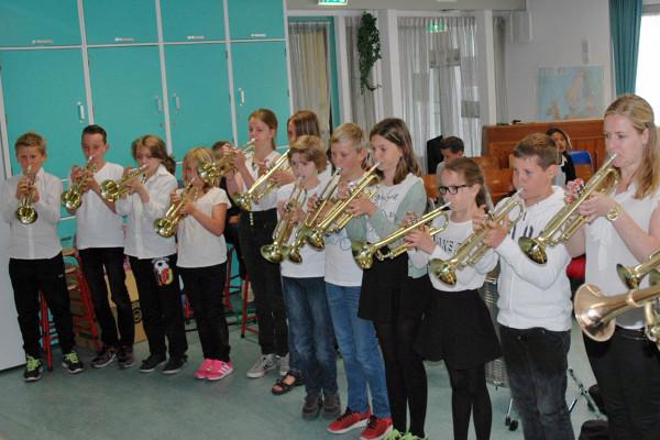 Op een trompet spelen is veel moeilijker dan iedereen denkt. Groep 7 en leerkracht Ingeborg weten daar alles van