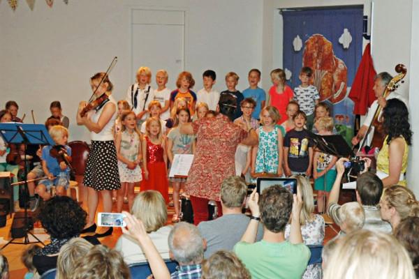 De kinderen van groep 4 zingen driestemmig