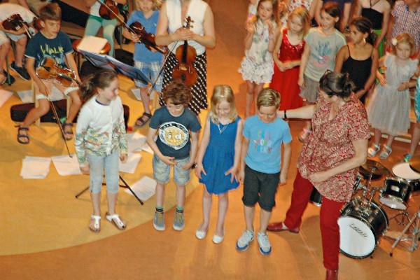 De kinderen van groep 4 die meewerkten aan het verhaal 'Op het partijtje van poes'